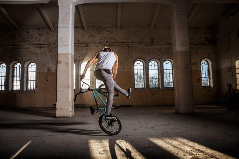 stuntworkshop-junger-mann-beim-bmx-freestyle-373056121-768x512