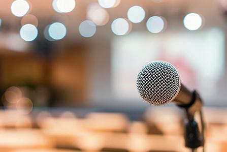 konferenzen-nahaufnahme-mikrofon-447x299